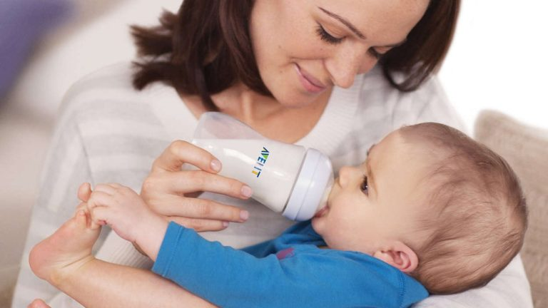 เด็กทารกกิน นมผง สิ่งที่คุณแม่ควรรู้ก่อนให้ลูกทาน