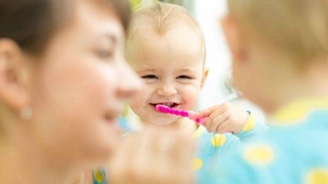 วิธีแปรงฟันให้ลูก ตั้งแต่ซี่แรก