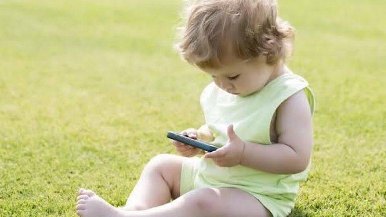 สมาร์ทโฟนกับเด็ก ในยุคปัจจุบัน คุณแม่ควรรับมืออย่างไร