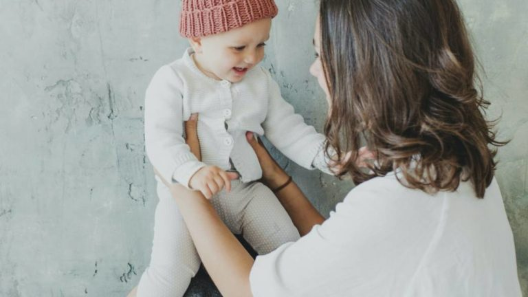 เล่นกับลูกในช่วงแรกเกิดถึง 6 เดือน เพื่อช่วยกระตุ้นพัฒนาการตามวัย