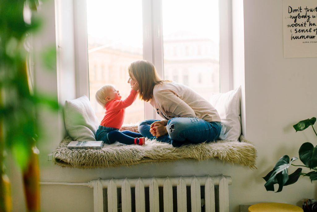 พัฒนาการเด็กวัย 7-9 เดือน เล่นกับลูก