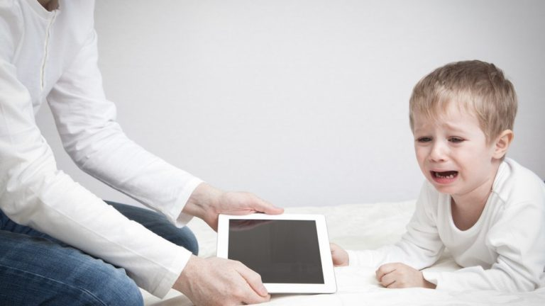 3 ข้อเสียของการให้ลูกเล่นโทรศัพท์ บอกเลยว่าพ่อแม่ ปล่อยให้เล่นบ่อยไม่ได้แล้ว