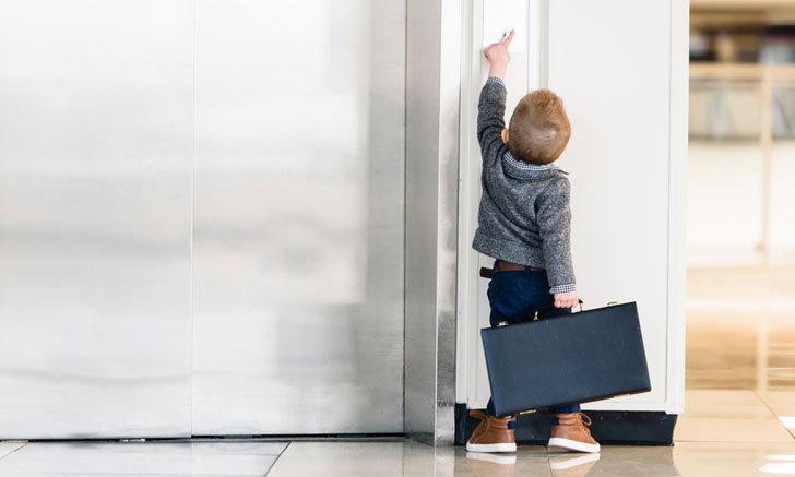 จุดอันตรายในห้าง ที่พ่อแม่ควรระวัง เมื่อพาลูกน้อยไปเดินเที่ยวห้างสรรพสินค้า จุดแรกที่แอดอยากจะมาแนะนำ คือ ลิฟต์