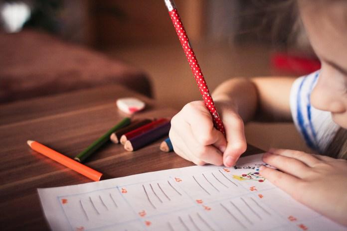 สร้างนิสัยรักการเรียนรู้ ให้กับลูกด้วยการให้การบ้านตั้งแต่วัยอนุบาลสามารถทำได้ที่บ้านด้วยเช่นกัน