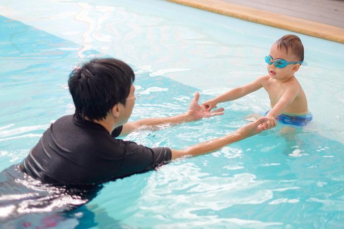ข้อดีของการฝึกว่ายน้ำให้ลูก คือได้พัฒนากล้ามเนื้อ