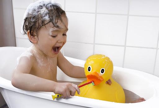เตรียมลูกเข้าอนุบาล ด้วยการฝึกให้ลูกอาบน้ำ โดยต้องสอนให้เขารู้ว่าควรจะอาบน้ำวันละ 2 ครั้ง หลังจากตื่นนอน