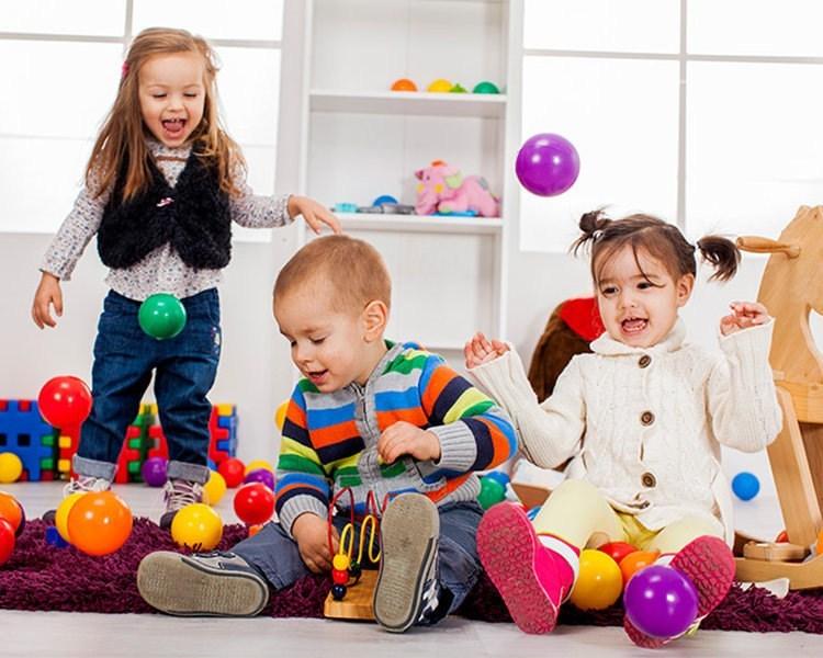 วิธีพัฒนาสมองลูก ในข้อนี้ก็ควรจะมีการนัดรวมตัวกับเพื่อนบ้าน หรือญาติๆ ให้ลูกๆได้มาพบปะกัน