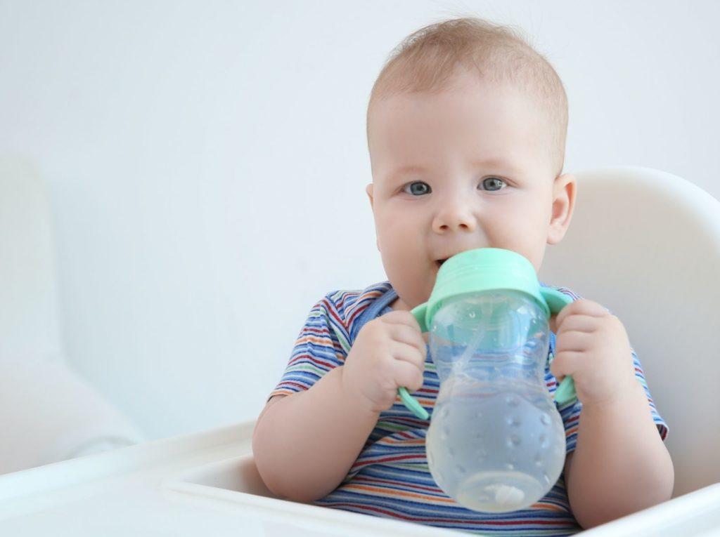 การดื่มน้ำเยอะๆ โดยจิบบ่อยๆ จะช่วยให้ลดอาการ ผิวลูกแห้ง และเกิดความชุ่มชื้นจากภายในได้ดี