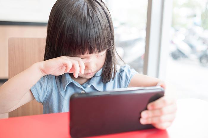 เลี้ยงเด็กด้วยโทรศัพท์ ทำให้สายตาเด็กเสียได้