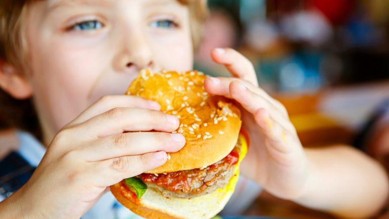 อาหารอันตราย ที่มีผลร้าย ต่อพัฒนาการทางสมองของเด็ก ๆ